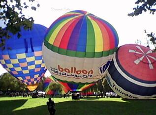 Les montgolfières se gonflent et montent