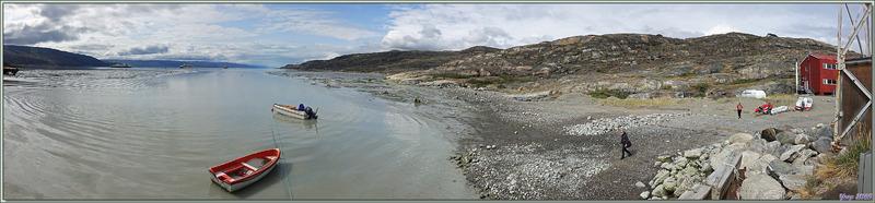 L'Austral attend notre embarquement au milieu du fjord de Kangerlussuaq (Søndre Strømfjord) - Groenland
