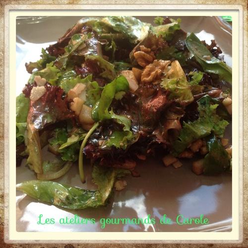 Salade de jeunes pousses avec pomme granny, noix et parmesan