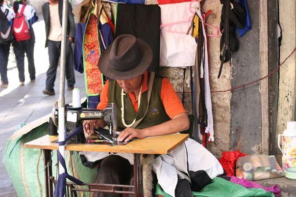 l'artisanat de rue; un couturier;