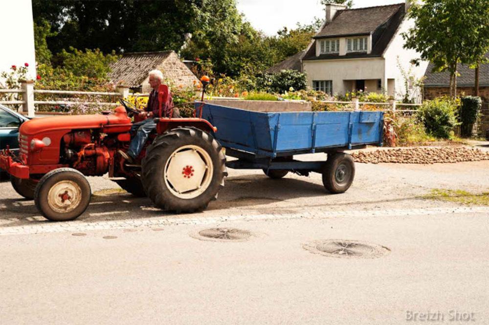vieux tracteur renault - lanvaudan