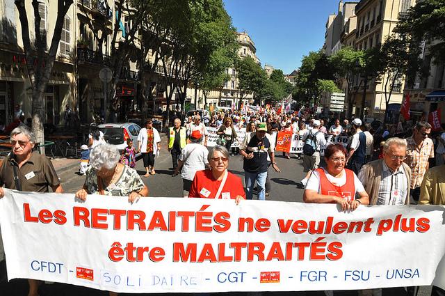 Des retraités français manifestent contre le besoin de travailler