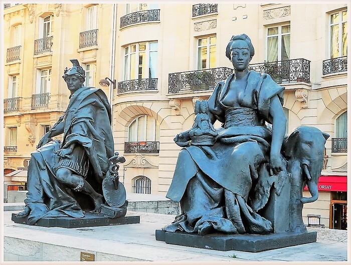 Statues sur le parvis du musée d'Orsay.