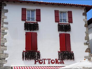 Photo de maisons du village d'Espelette et du piment