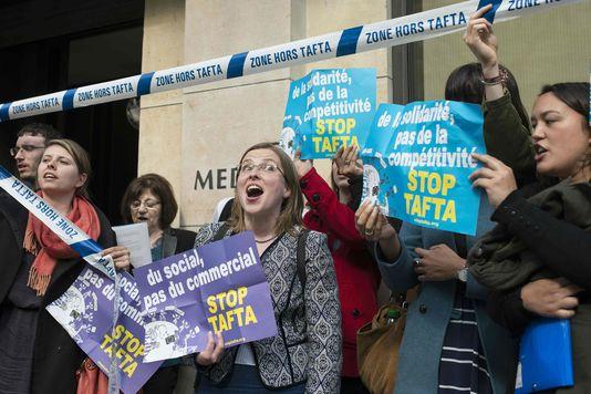 """Des membres du collectif """"Stop Tafta"""" manifestent devant le siège du Medef, à Paris, le 19 avril."""