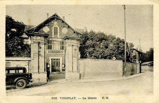 La Mairie dans les années 30. L'ex propriété Morny est encore ceinte de hauts murs qui ont trouvé leur utilité comme panneaux d'affichage. Carte Etab. Malcuit EM 3922 à bordure blanche. Carte ayant circulé le 9/9/1948 (coll. part.)