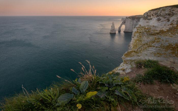 Falaises de craie blanche et arches de la côte d'albâtre.