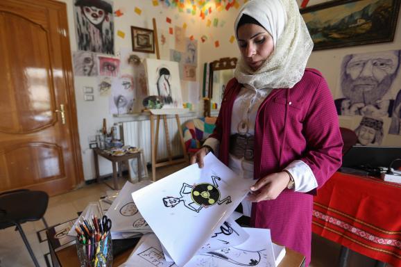 """L\'artiste syrienne Amani al-Ali, dans son atelier d\'Idleb.\""""Ce que j\'entends le plus, c\'est que je suis une femme et que je ne devrais pas dessiner de telles choses\"""", confie-t-elle."""