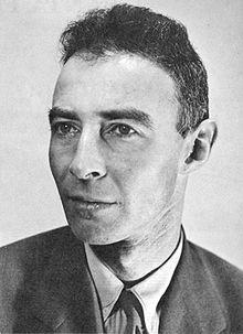 Portrait photographique en noir et blanc. Visage et épaules d'un homme portant un complet.