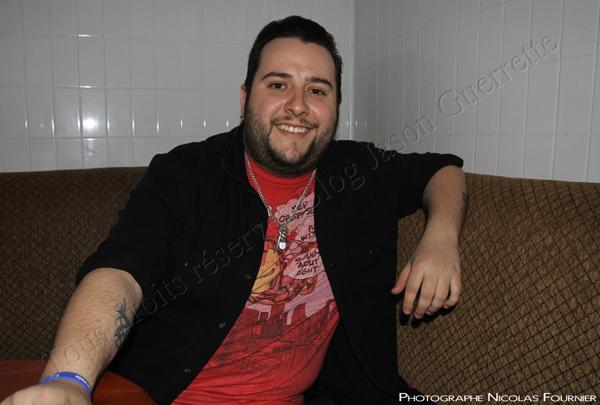 Jason en visite à la boîte à chanson La Piazz Cartier