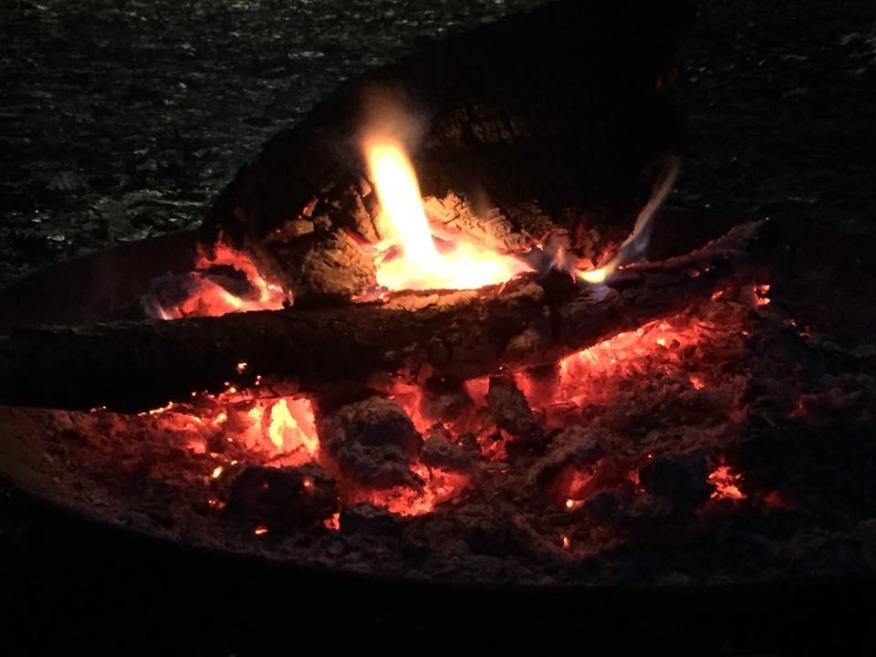L'image contient peut-être: feu, nuit et nourriture