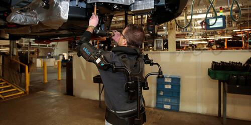 Ford équipe ses ouvriers d'exosquelettes dans une quinzaine d'usines