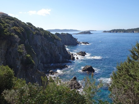 Les îles du Petit et du Grand Ribaud. Au fond, Porquerolles