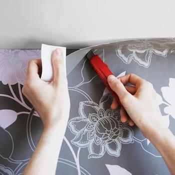 Pose d'un papier peint résistant à l'humidité pour la salle de bain