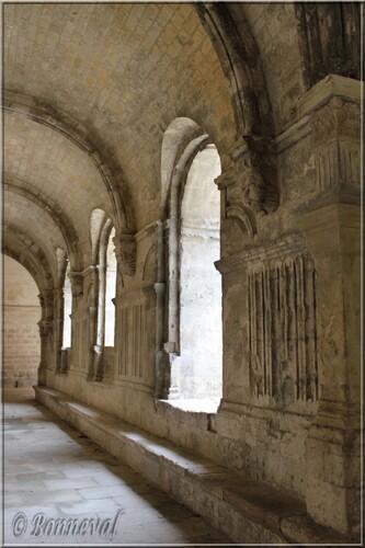Abbaye de Montmajour cloître galerie ouest et sa belle voûte romane