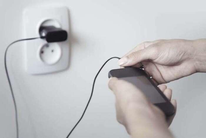 """Risque d'incendie, défauts """"graves""""... Un chargeur de smartphone sur deux serait dangereux"""