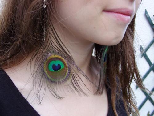 Nouvelles créations de Sylvie Le Brigant, les boucles d'oreilles en plumes de paon exposées dans le parc André de La Croix-en-Touraine le 11 septembre 2011 !