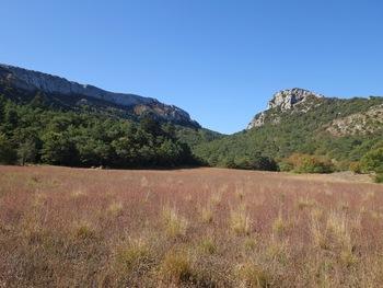 Depuis le pré de la Toulonette, le Col de Bertagne, entre le pic éponyme (à gauche) et le Pic des Corbeaux