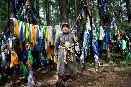 Un chaman se prépare pour la cérémonie dans le nord de la Mongolie, dans la province Khovsgol, 6 août 2012