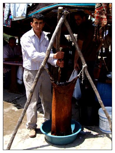 fabrication artisanale et traditionnelle de l' ayran, qui est du yaourt à boire turc.