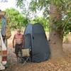 Mali Route de Kita Papy va à la douche