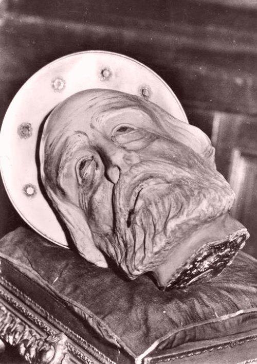 Sculpture représentant la tête de saint Aphrodise (Basilique Saint-Aphrodise, à Béziers)