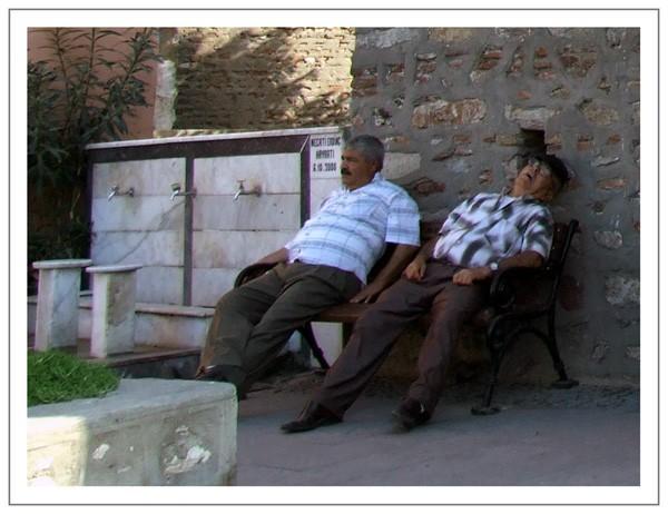 Plus loin encore, un papy fatigué par la chaleur, pique un roupillon à l' ombre de la mosquée.