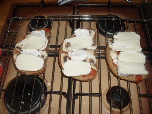des petites tartines pizzas pour un repas bon et très rapide à préparer