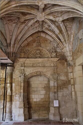 Abbaye de Cadouin le cloître galerie Ouest  porte au fronton en éventail