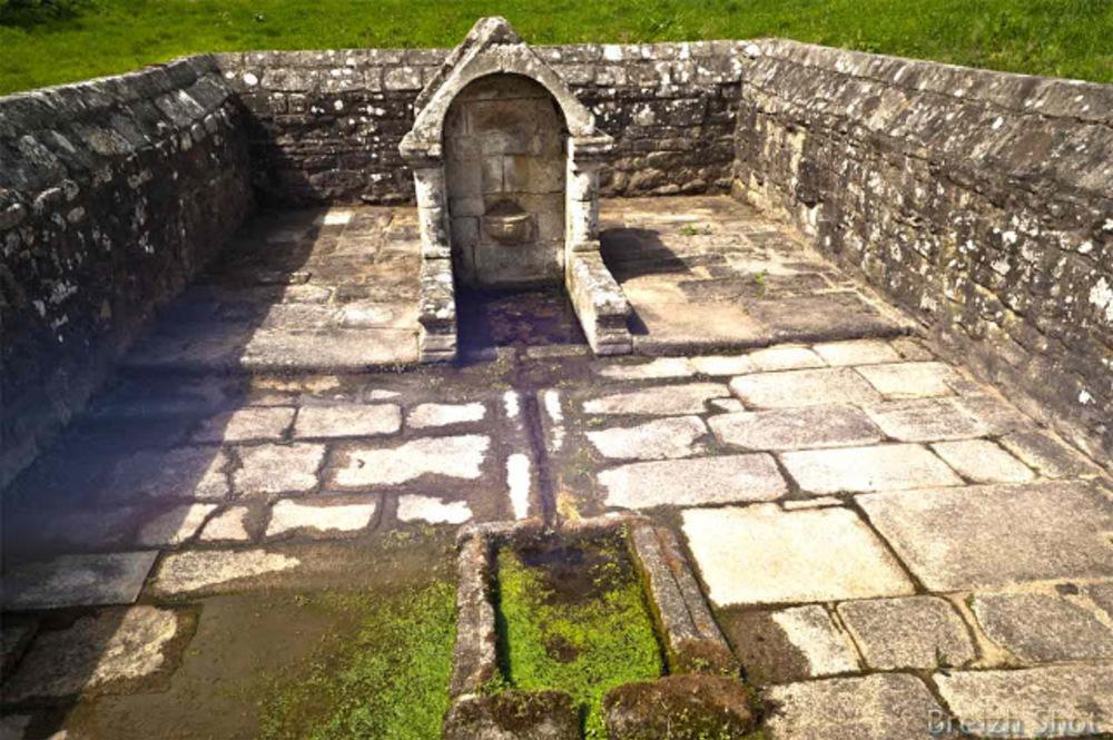 fontaine votive Notre-Dame de Vrai-Secours à Plouay