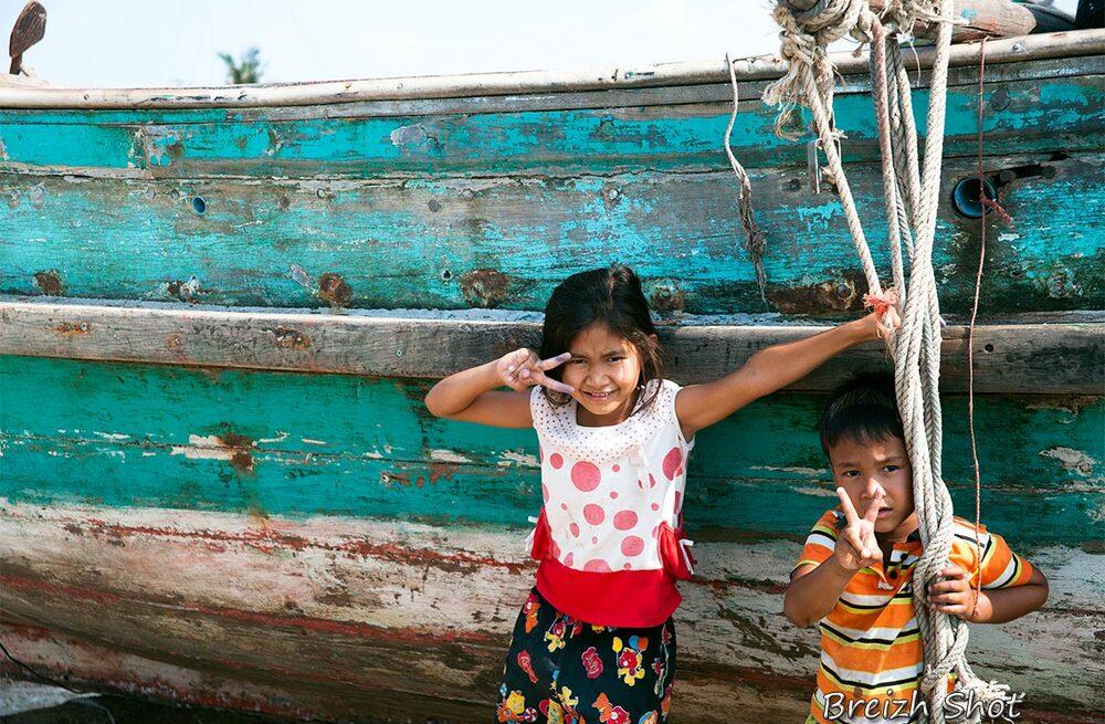 Enfants chams et bateau de pêcheur