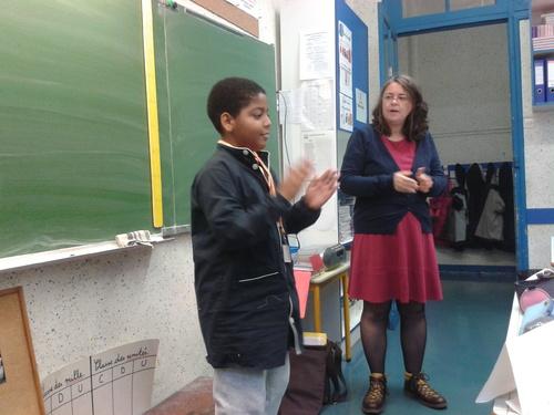 Mme Dubé et Constance dirige la chorale en anglais !