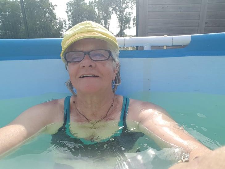 -     trop bien la piscine jen profite