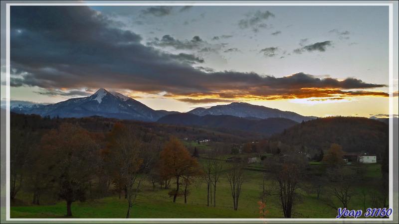 Coucher de soleil sur les montagnes avancées du Haut-Comminges : Pic du Cagire et Massif du Gar vus de Pujos - 31