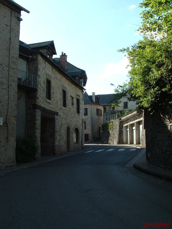 Donzenac, village médiéval fortifié, bâtit sur piton