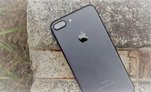 """""""7"""" iPhone a tout de Plus que les autres. Tout."""