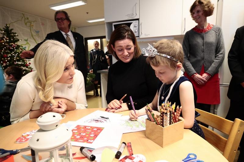 Kronprinsparet besøkte barneavdeling