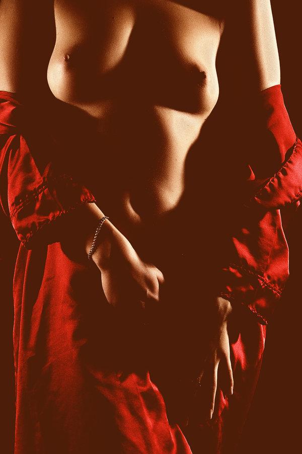 vetue dans les plis de ta robe renee vivien rouge drape tissu femme nue