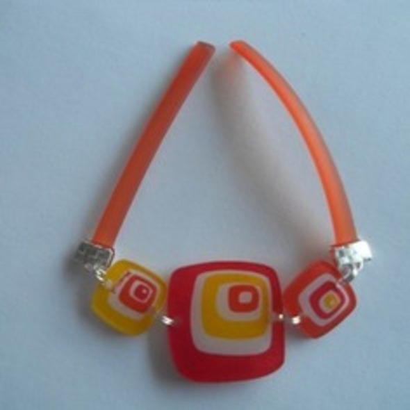 Bracelet coloré en plastique fou