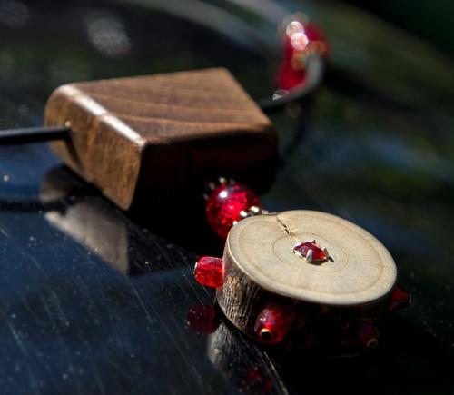 collier en bois et perles rouges