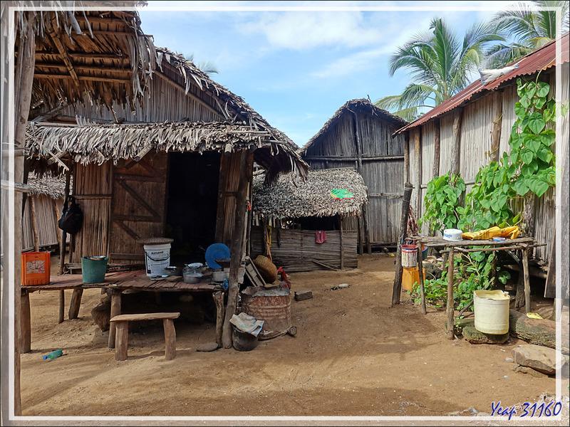 Dans les paisibles ruelles d'Antanabe (ou Antanambe) - Nosy Sakatia - Madagascar