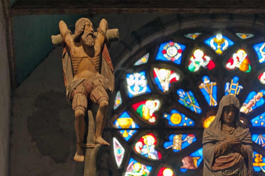 Saint-Herbot :   Le bon larron crucifié tourne le regard en direction du Christ