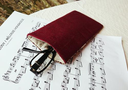 Etui molletonnée pout téléphone, lunettes, maquillage, tissu brocart de soie bordeaux et or 19,5 x 10,5 cm