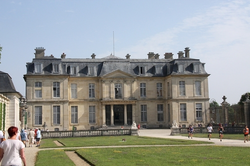 Il a été construit près d'une boucle de la Marne entre 1703 et 1706 par les architectes Pierre Bullet et son fils Jean-Baptiste Bullet de Chamblain pour deux financiers de Louis XIV : Charles Renouard de La Touanne puis Paul Poisson de Bourvallais. Type accompli de la maison de plaisance à la française du début du XVIIIe siècle, avec son plan en « U » à deux courtes ailes sur la cour d'honneur au sud et sa rotonde sur le jardin au nord, il témoigne de l'évolution de la société vers la recherche de davantage de confort. Il dispose d'un parc de 85 hectares qui allie jardin à la française et à l'anglaise, et labellisé Jardin remarquable. Fait rare, le domaine possède à la fois un jardin et un château en très bon état de conservation.  Le domaine de Champs a connu de nombreux propriétaires au cours de son histoire, notamment le financier Louis Cahen d'Anvers qui en fit un lieu de réception couru de la Belle-Epoque. Champs est aujourd'hui un domaine national géré par le Centre des monuments nationaux qui abrite dans ses communs sud-ouest le Laboratoire de recherche des monuments historiques. Après d'importants travaux de restaurations, le château a rouvert ses portes au public en 2013. C'est également un lieu de tournage cinématographique.