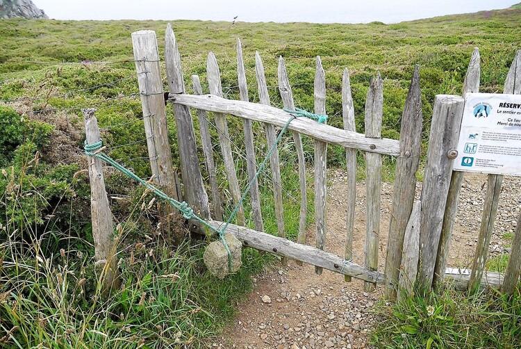 La barrière et la pierre