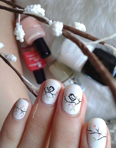 Nail art oiseaux et petites branches de cerisier printanières