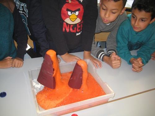 Les CM1 modélisent une éruption volcanique