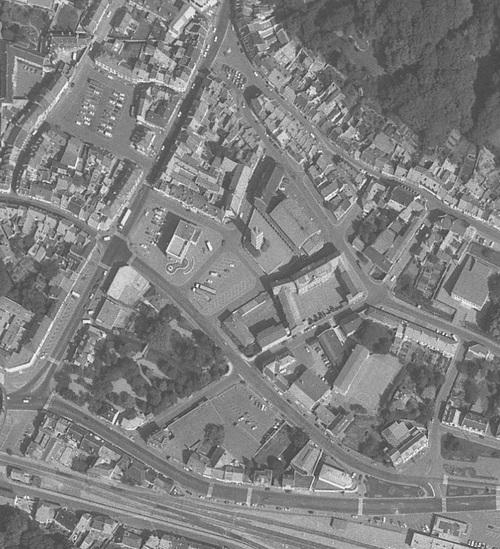 Saint-Pol-sur-Ternoise - Centre-ville en 1983, Église Saint-Pol et l'Hôtel de Ville au centre (remonterletemps.ign.fr)