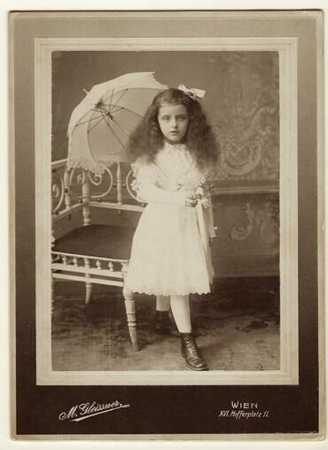 34 - Petites filles, ombrelles et parapluies