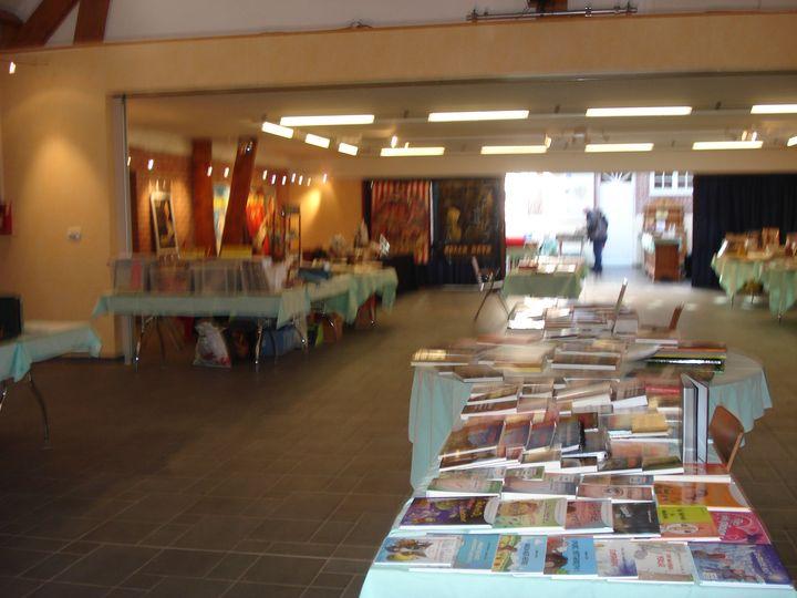 Livres et église à Esquelbecq Nord.